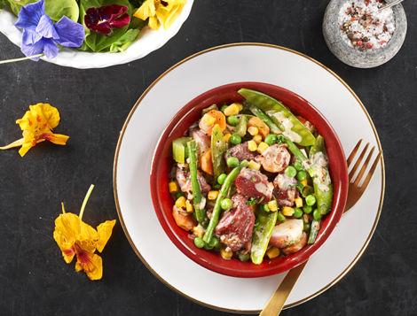 Vous ne savez pas cuisiner vos gésiers de canard confits ? Nous vous proposons notre recette de cassolettes de petits légumes aux gésiers confits.