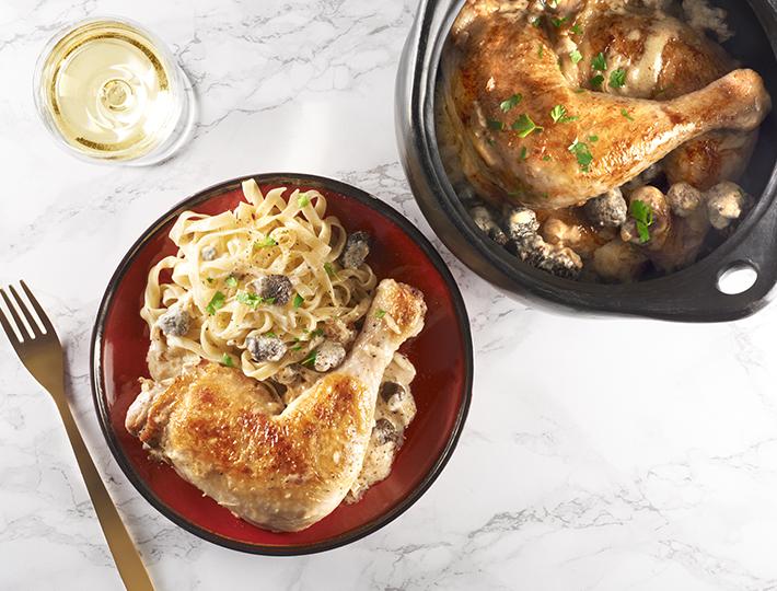 Vous aimez cuisiner votre viande avec un bon vin ? Maître CoQ, vous propose sa recette de Cuisse de poulet marinée aux Côtes de Jura.