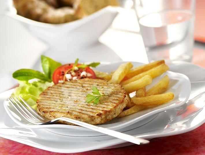 Recette Haché de poulet rôti accompagnés de frites et salade.