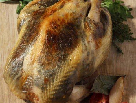 Recette Maître CoQ de poulet rôti truffé au beurre d'herbes.