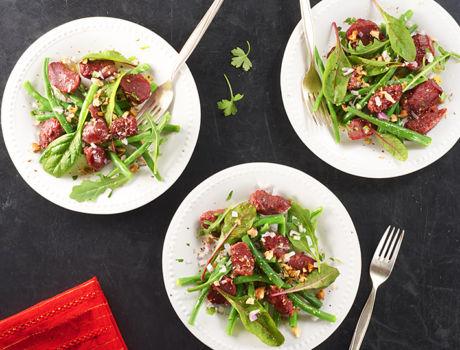 Maître CoQ vous suggère d'accompagner votre poulet cuit fumé de sa salade fraîcheur (avocat, tomate cerise, carotte, oignon rouge, graines de sésame).