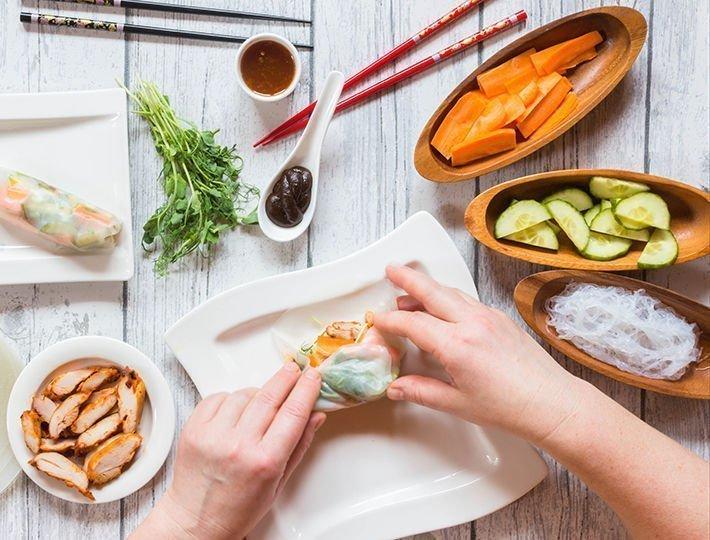 Recette rouleaux de printemps, concombre, carottes, cubes de filet de poulet pour Nouvel an Chinois.