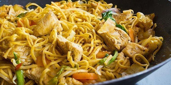 Wok de nouilles chinoises sautées à la dinde et ses petits légumes, recette Nouvel an Chinois Maître CoQ.