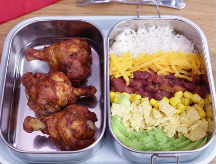 Lunch Box : Le Bento Burrito Poulet est une savoureuse recette réalisée avec des CoQ'Ailes Mexicain et du Cheddar. Un repas rapide et facile à réaliser.