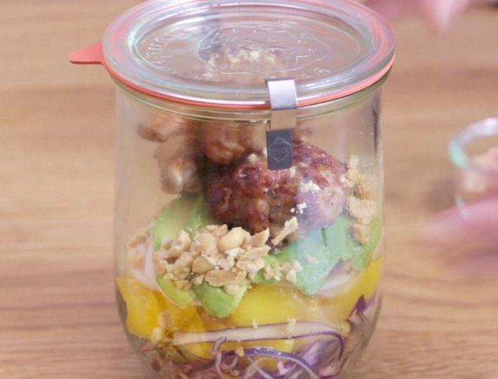 Lunch Box : La Salade Jar Poulet, avocat et mangue est une savoureuse recette réalisée avec des CoQ'Ailes Nature. Un plat rapide et facile à réaliser.