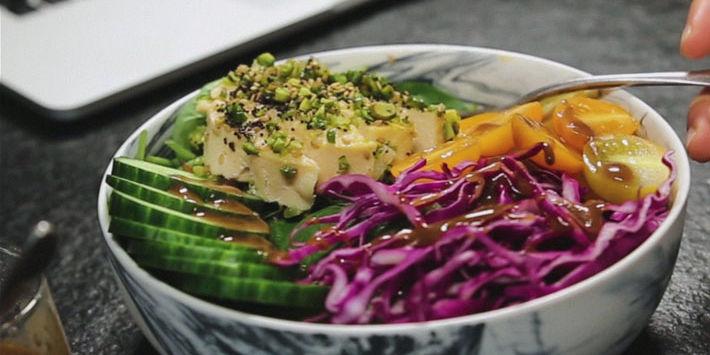 Découvrez la Salade bowl au tournedos de dinde pané aux graines, une recette savoureuse et équilibrée pour un maximum de plaisir.