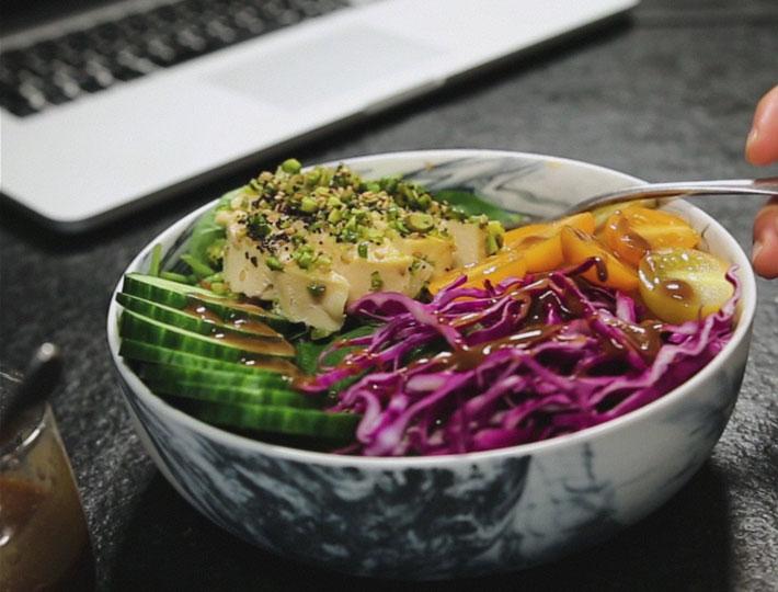 Salade bowl au tournedos de dinde pan aux graines la marque ma tre coq - Cuisson oeuf a la coq ...