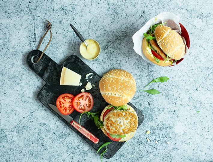 Adoptez cette recette de Burger de poulet façon césar établie par Maitre CoQ et appréciez toutes les saveurs d'un vrai burger ! Plaisir assuré !