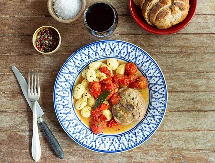 Maitre CoQ vous propose cette savoureuse recette d'Osso bucco aux tomates cerise et gnocchis revisitée du célèbre plat italien.