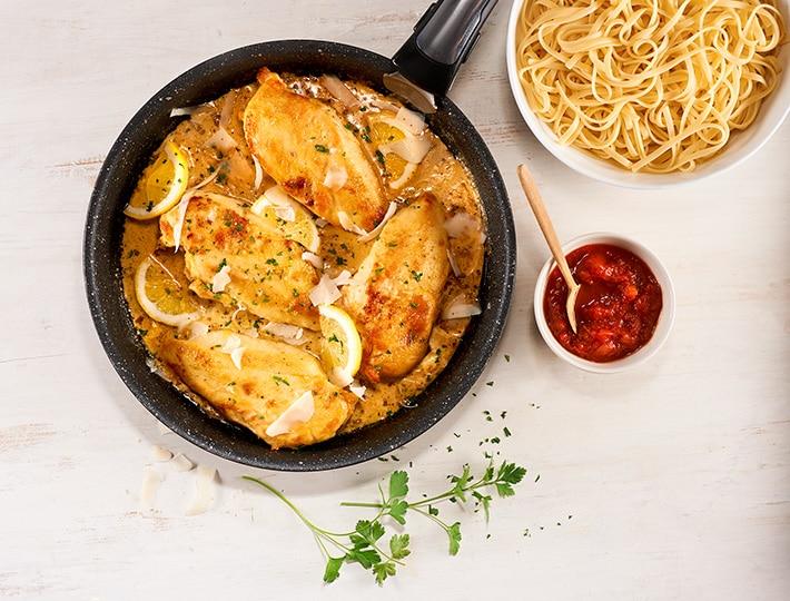 Vous cherchez une recette originale pour changer du poulet traditionnel ? Cette recette de poulet à la crème, au citron et au parmesan est faite pour vous !