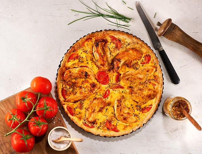Craquez pour cette succulente recette de quiche au poulet, tomate et moutarde à l'ancienne ! Elle mettra tout le monde d'accord !